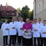 biskup pomocniczy Łukasz Buzun i ministranci – bierzmowanie w 2018 r.